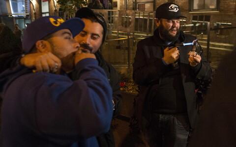 Люди отмечают легализацию марихуаны на улице Торонто.