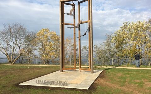 Памятник покинувшим Эстонию остзейским немцам.