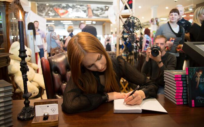 Marilyn Kerro Lasnamäe Centrumis oma raamatusse autogramme jagamas.