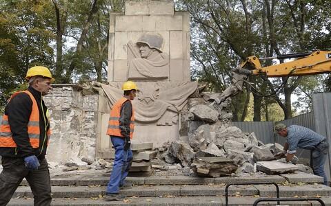 Снос памятника Красной Армии в Варшаве.