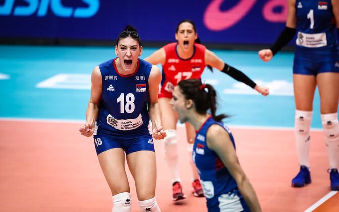 Tijana Bošković Serbia võrkpallinaiskonnast näitamas võidurõõmu