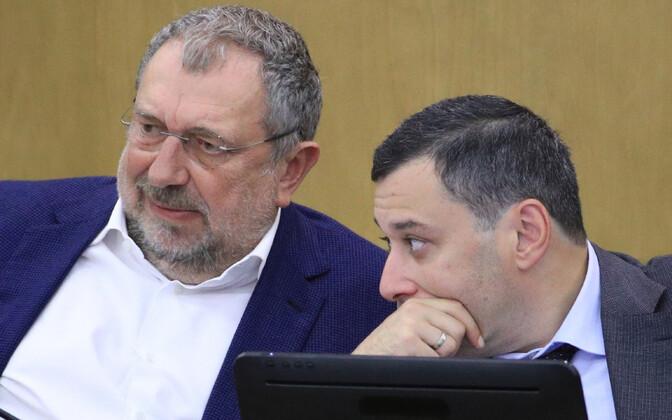 Vene riigiduuma liige Vladislav Reznik (v) ja Venemaa rahvuskaardi direktori nõunik Aleksandr Hinštein riigiduumas.