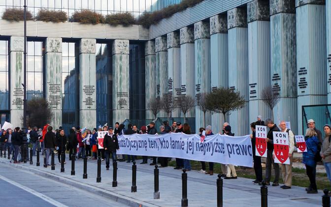Protestijad Varssavis ülemkohtu ees.