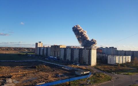 В результате взрыва здание завода частично разрушено.