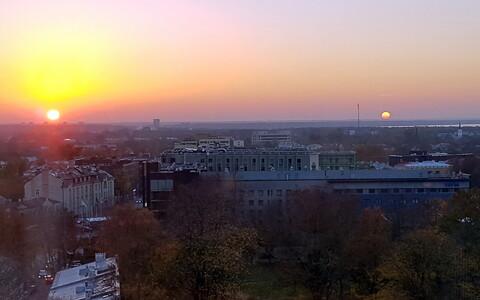 Riigikogu aknast välja vaadates võis näha kahte päikest.