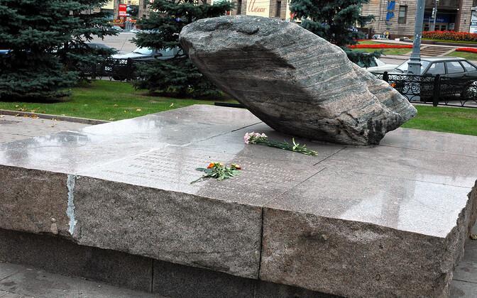 Соловецкий камень в память о жертвах политических репрессий был установлен на Лубянской площади в 1990 году.