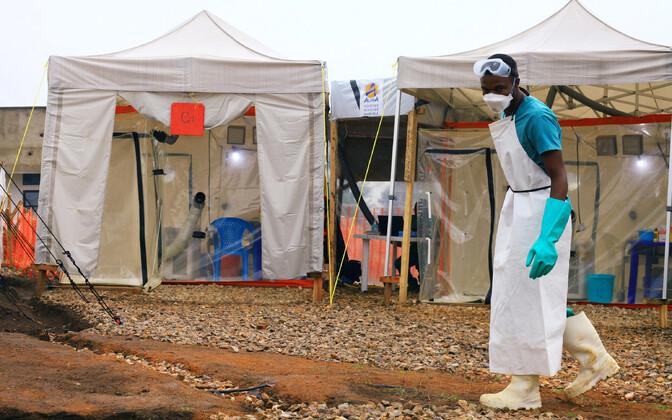 Tervishoiutöötajad Beni linnas ebolaravikeskuse juures.