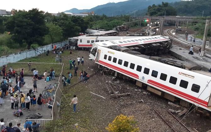 Крушение пассажирского поезда в Тайване.