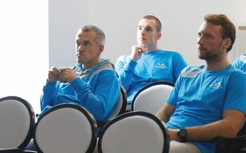 Eesti koondis jõudis Hollandisse saabudes juba koosoleku maha pidada. Abitreener Martin Noodla, Andris Celminš ja Martin Johannson kuulavad peatreener Thomas Sivertssoni mõtteid.