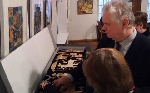 Reljeefsed kujundid Adamson-Ericu intarsiatehnikas laua plaadilt.