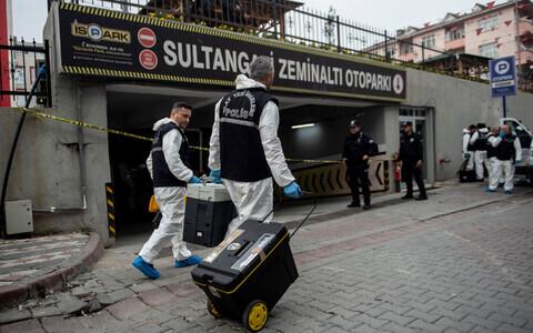 Турецкие судмедэксперты возле автостоянки, где был обнаружен принадлежащий саудовскому консульству автомобиль.