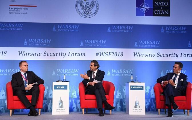 Ben Hodges (vasakul) koos moderaatori ja endise NATO peasekretäri Anders Fogh Rasmusseniga (paremal) Varssavi julgeolekufoorumil.