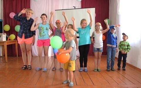 Lilli-Krõõt Repnau õpilastega Suetukis.