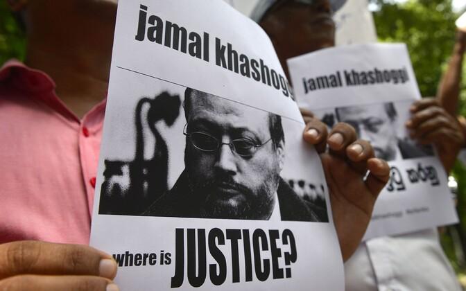 Meeleavaldajad Jamal Khashoggi plakatitega Sri Lankal Saudi Araabia saatkonna juures.