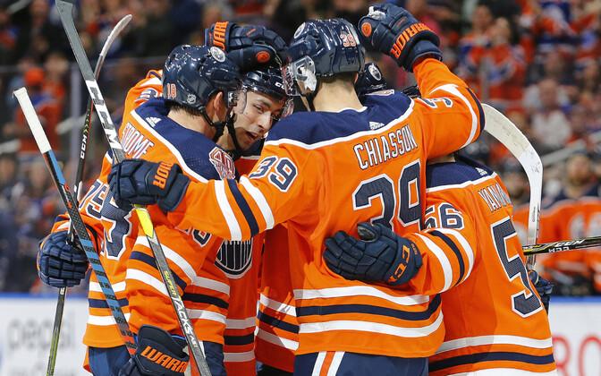 Edmonton Oilers tähistamas Evan Bouchardi esimest väravat