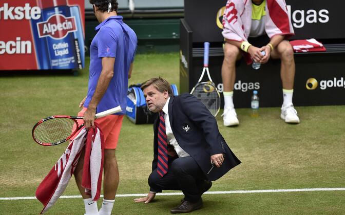 Roger Federer ja pukikohtunik Cedric Mourier arutamas, kuhu pall täpselt maandus
