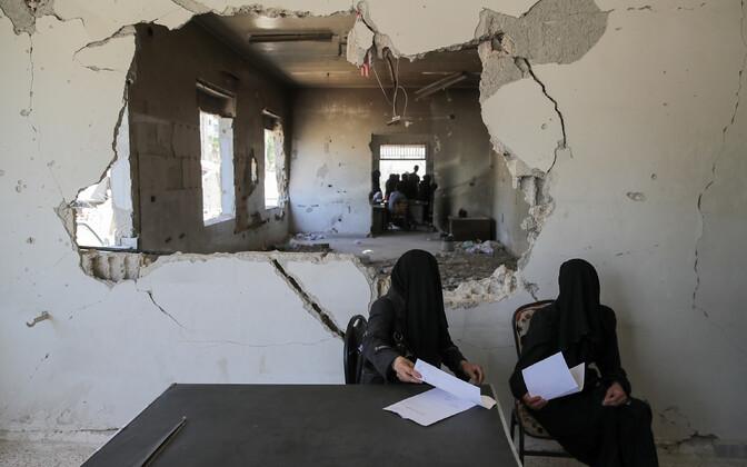 Naised Ida-Ghoutas Douma linna haiglas arsti vastuvõttu ootamas