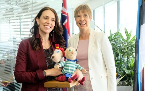 President Kaljulaid (right) presented Jacinda Ardern, who recently gave birth, with two dolls based on a popular Estonian animation.