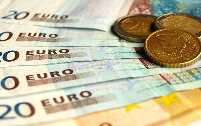 Затраты работодателя на зарплату одного работника составляют в среднем 1673 евро в месяц.