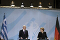 Angela Merkel ja Kreeka endine peaminister George Papandreou 2011. aastal. Merkel oli euroala finantskriisist väljajuhtimisel liidrirollis, tekitades karmide kärpemeetmetega kreeklastes suure pahameele.