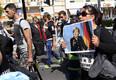 EL-i saabunud migrant Angela Merkeli plakatiga. Merkel võttis liidrirolli ka 2015. aastal puhkenud EL-i migrandikriisi lahendamisel, otsustades Saksamaal viia läbi nn avatud uste poliitikat.