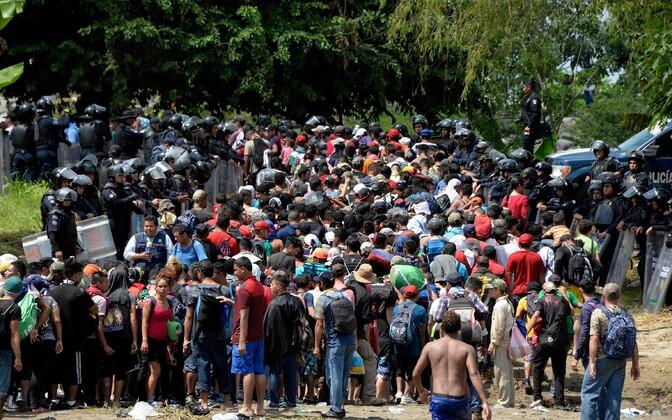 Mehhiko politseinikud ja USA-sse jõuda üritavad migrandid.