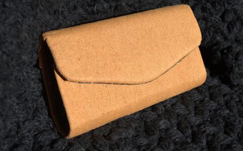 Želatiinipõhisest ökotekstiilist valmistatud rahakott.