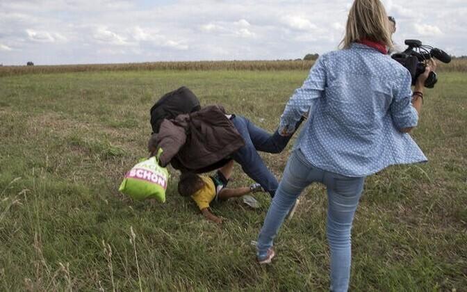 Журналист Петра Ласло сбила с ног бежавшего с ребенком на руках мигранта.