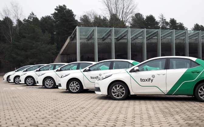 Cars in Taxify livery in Narva.