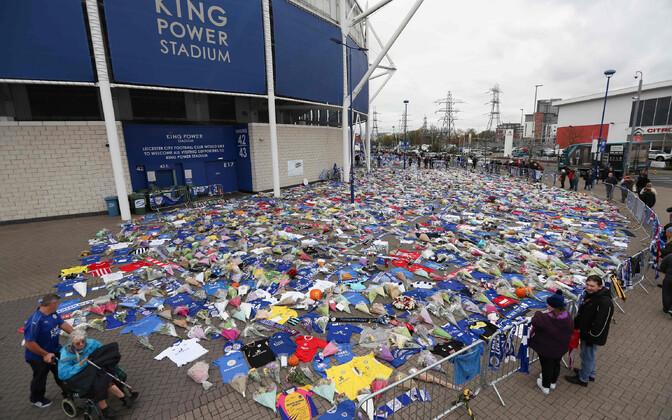 Leicester City kodustaadioni kõrval on paljud inimesed avaldanud hukkunutele austust