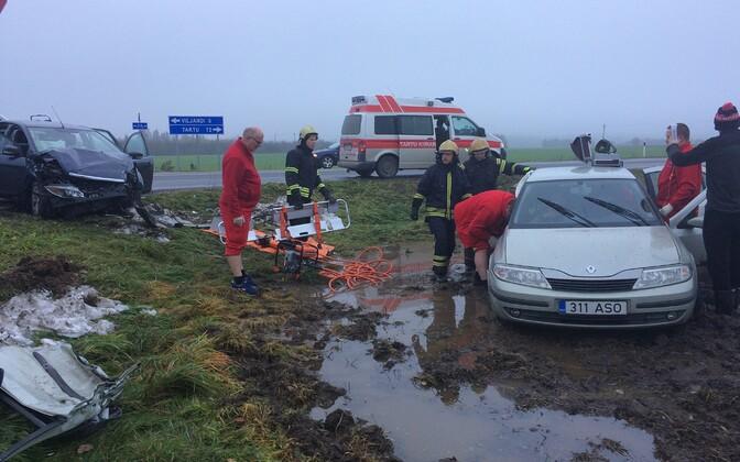 Спасателям пришлось частично демонтировать транспортное средство, чтобы извлечь из него людей.