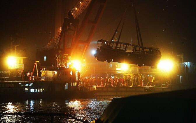 В Китае автобус упал с моста.