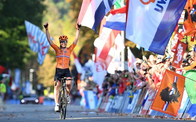 Anna van der Breggen võitmas naiste grupisõidu MM-i