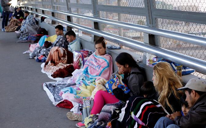 USA-s varjupaika saada lootvad keskameeriklased USA ja Mehhiko piiril.