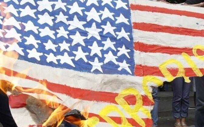 Горящий флаг США.