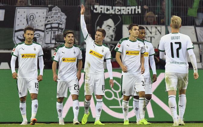 Thorgan Hazard (keskel, käsi püsti)