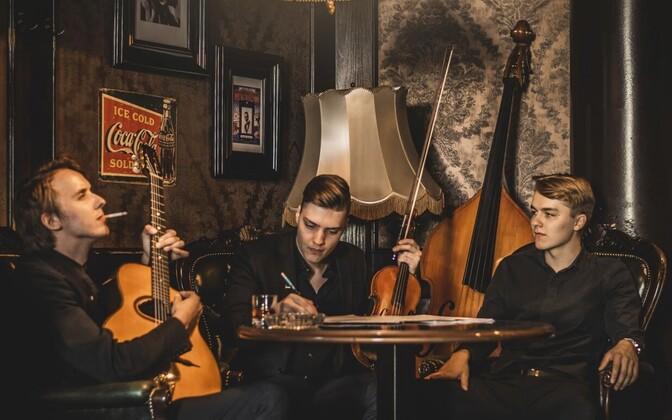 Исполняющий цыганский джаз эстонский ансамбль Titoks.