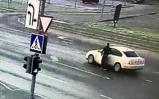 Politsei otsib võõra rahakoti omastanud Volkswagen Passati juhti.
