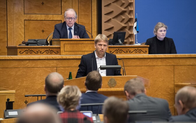 Jaanus Karilaid (Centre) speaking at the Riigikogu on Wednesday.