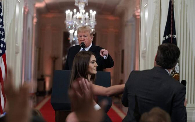 Jim Acosta (seljaga) keeldub andmast Valge Maja pressitöötajale mikrofoni.