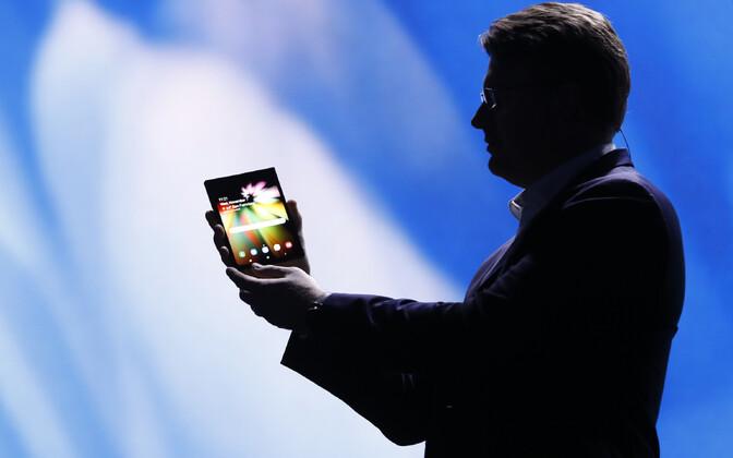 Презентация смартфона с гибким экраном.