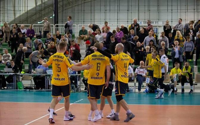 Savo Volley mängijad võitu tähistamas.