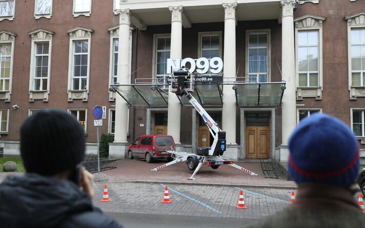 NO99 teatrimaja sildi eemaldamine Sakala 3 fassaadilt.