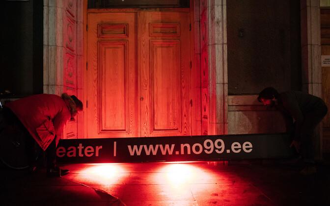 Teatri NO99 silt eemaldatakse majalt