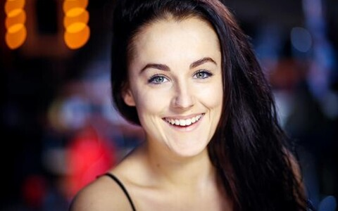 Ingliskeelsete etenduste üheks peaosaliseks on Jade Davies