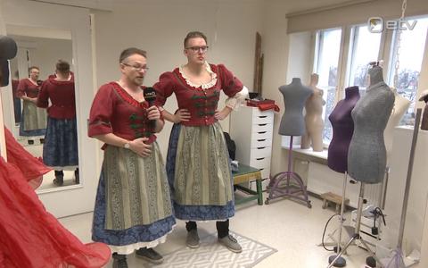 Jüri Muttika (vasakul) ja Alvar Tiisler Sassis päeval Estonias. Ja kleitides.