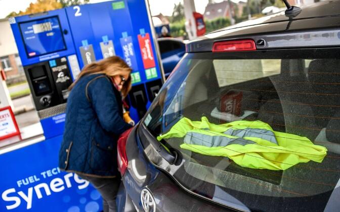 Prantsuse juhi auto tagaaknal olev kollane vest on selles riigis laialt levinud protestimärk kõrgete kütusehindade vastu.