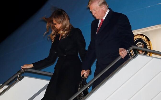 Президент США Дональд Трамп с супругой в аэропорту Парижа.