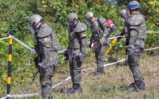 Lõuna-Korea sõdurid desarmeeritud alal.