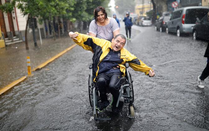 Boca Juniorsi poolehoidja vihmamärjas Buenos Aireses.